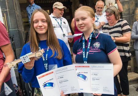 Deutsche Solarauto-Meisterinnen Greta Triphahn (links) und Ellen Sohrt mit Herby 8.0